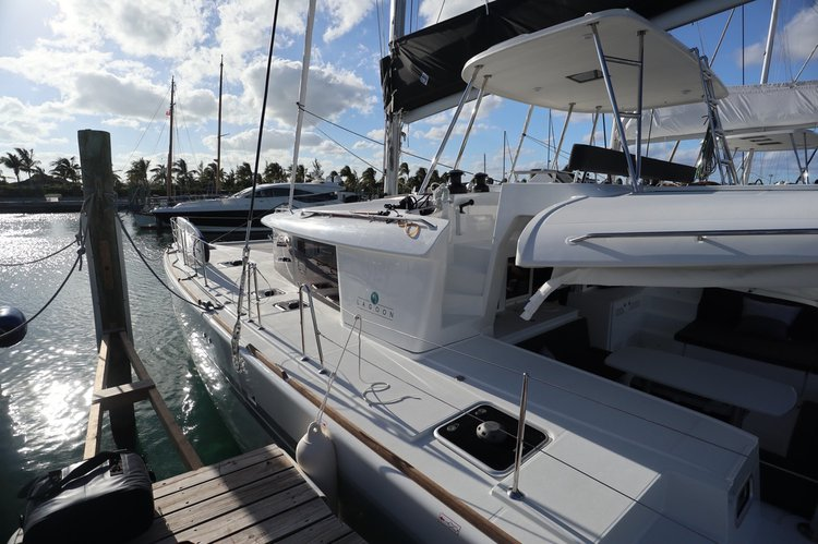 This 45.0' Lagoon cand take up to 10 passengers around Nassau