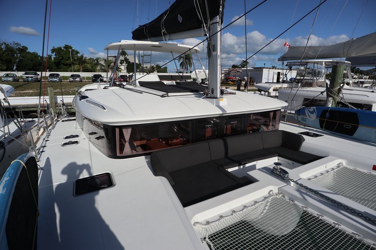 Discover Nassau surroundings on this 450 Lagoon boat