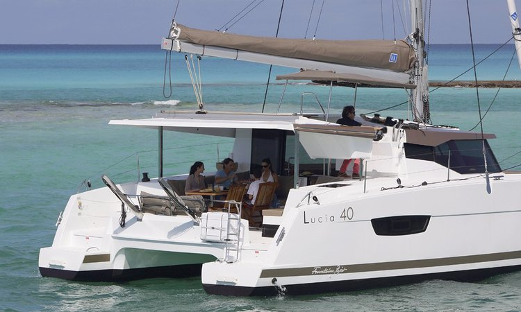 Discover Abaco surroundings on this 40 Lucia boat