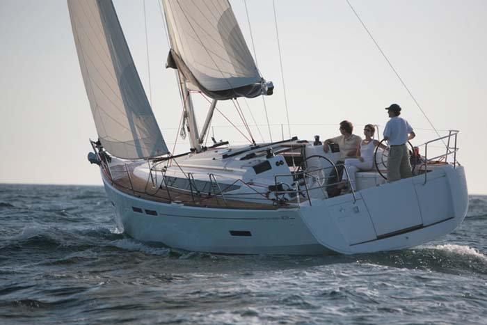 This 40.0' Sun Odyssey cand take up to 6 passengers around Nassau