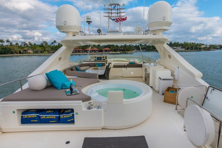 Discover MIAMI surroundings on this Flybridge Ferreti boat