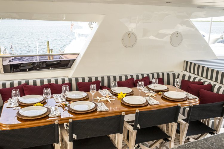 Discover MIAMI surroundings on this Yachts Johnson boat