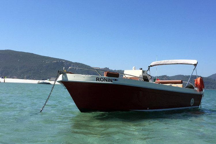 Discover Lisbon surroundings on this 22 Sport Marlin boat