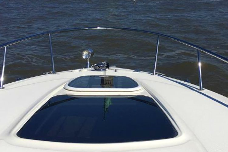 Discover New York surroundings on this Sundancer Sea Ray 280 boat