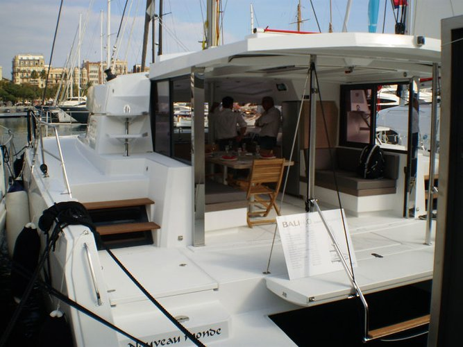 This 40.0' Bali cand take up to 10 passengers around Le Marin