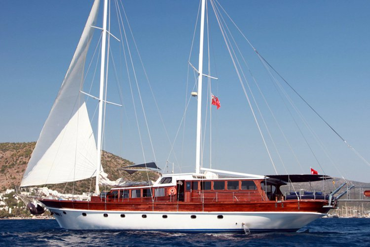 Discover Ionian Islands surroundings on this 1993 Custom boat