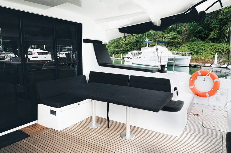 This 42.0' Lagoon cand take up to 25 passengers around Phuket
