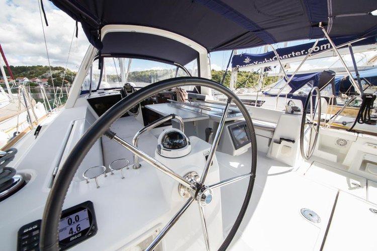 This 41.0' Oceanis cand take up to 8 passengers around Sibenik