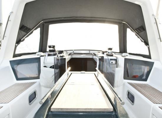 This 46.0' Oceanis cand take up to 10 passengers around Sibenik