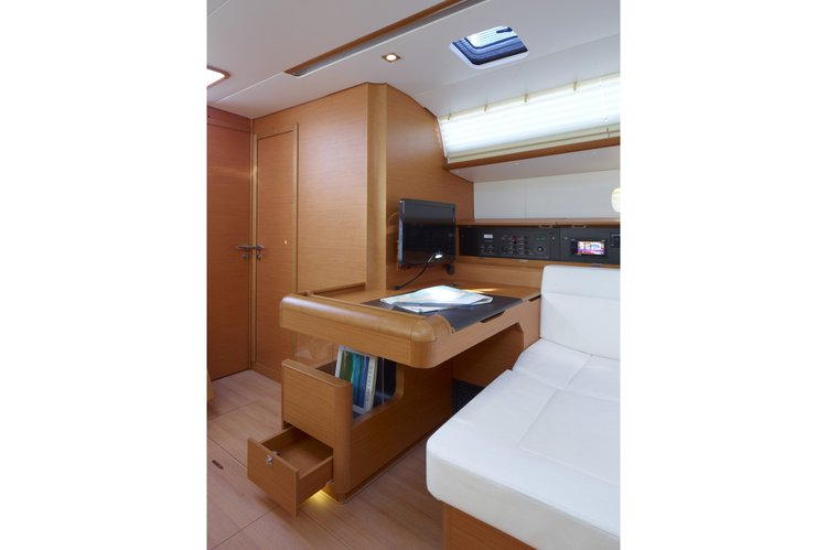This 50.0' Sun cand take up to 12 passengers around Dubrovnik