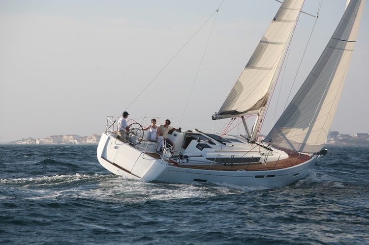 Up to 8 persons can enjoy a ride on this Sloop boat