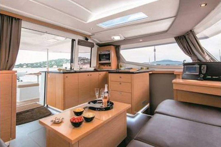 Discover Road Town surroundings on this Helia 44 Fountaine Pajot boat