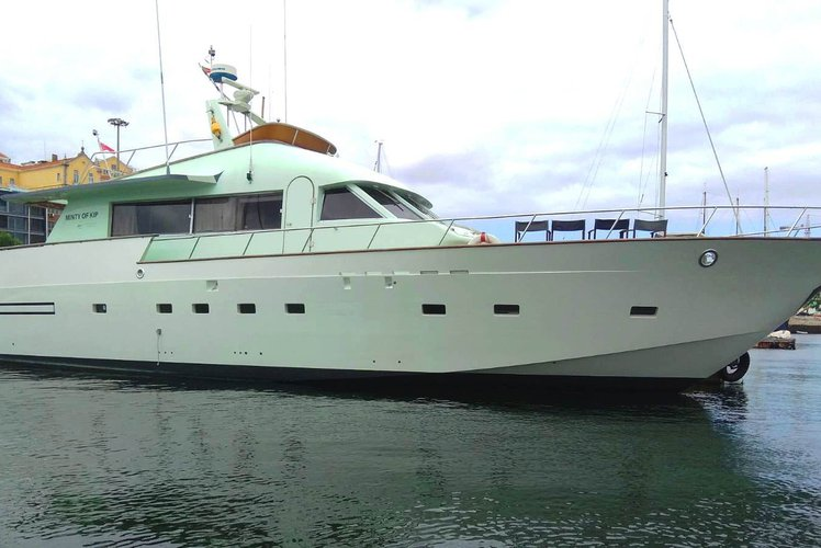 This 72.18' Apreamare 9 cand take up to 18 passengers around Lisboa