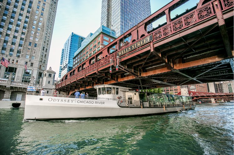 Discover Chicago surroundings on this Custom Custom boat