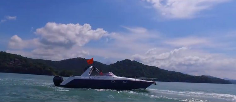 This 28.0' Custom cand take up to 6 passengers around Langkawi