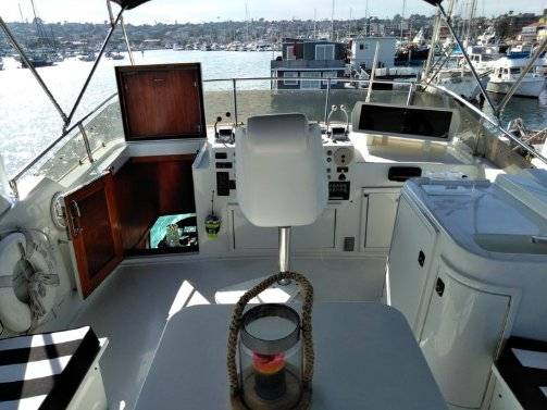 This 60.0' Hatteras cand take up to 12 passengers around San Diego