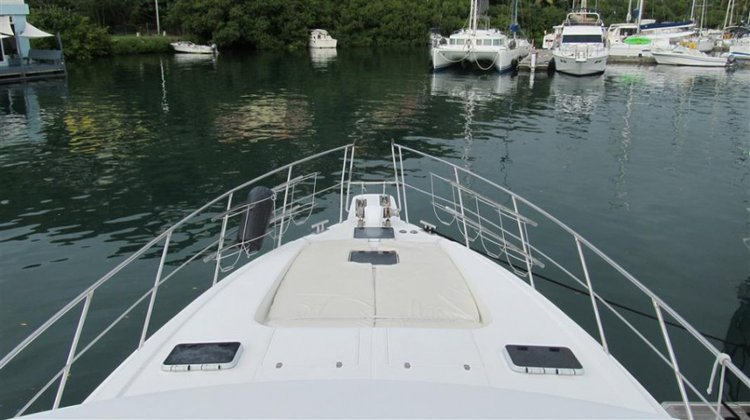 Discover Tortola surroundings on this 56 Horizon boat