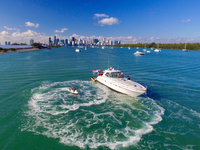 Discover Miami surroundings on this Sundancer 550 Sea Ray boat