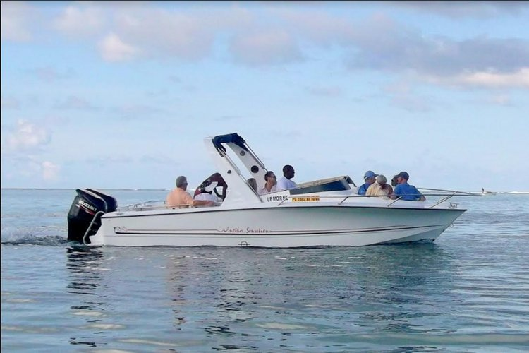 This 23' motor boat charter is perfect to enjoy Mauritius