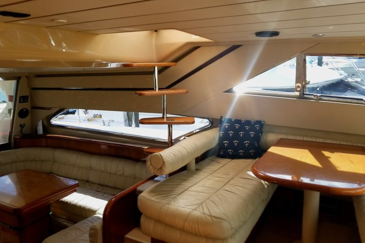 This 60.0' Ferretti cand take up to 13 passengers around Miami