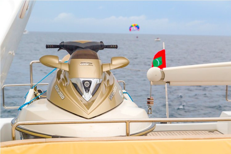 Up to 8 persons can enjoy a ride on this Flybridge boat