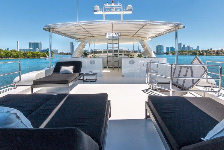 This 115.0' Horizon cand take up to 12 passengers around Miami Beach