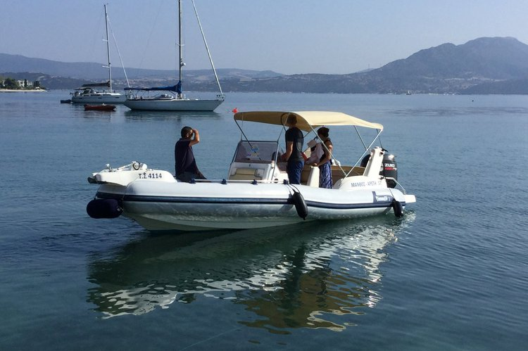This 21.0' Marlin cand take up to 10 passengers around Lefkada