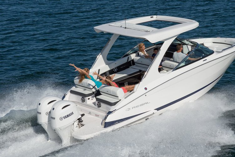 This 30.0' Regal cand take up to 8 passengers around Miami Beach