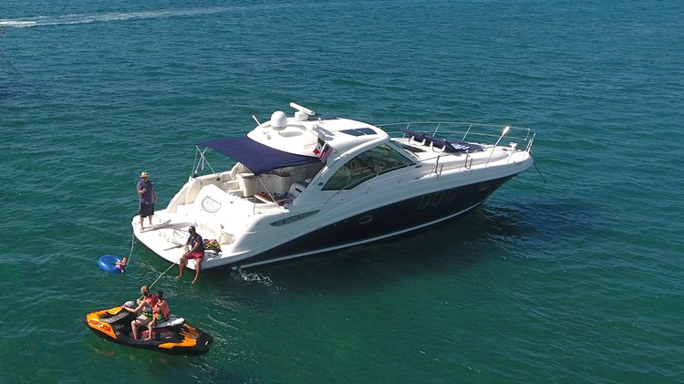 This 48.0' SeaRay cand take up to 15 passengers around Cancún