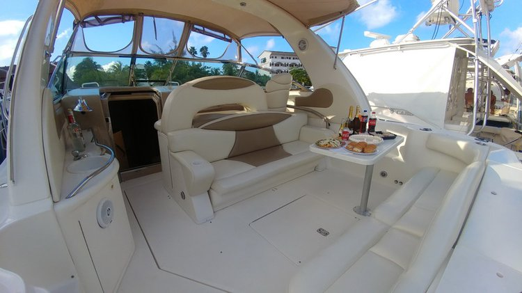 This 41.0' Sea Ray cand take up to 12 passengers around Cancún