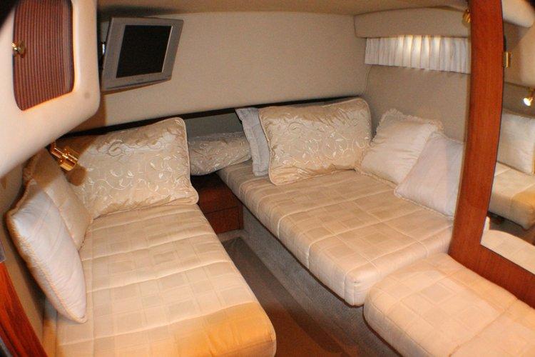 Discover Miami surroundings on this 400 Sedan Bridge Sea Ray boat