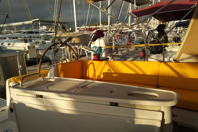 This 43.0' Beneteau cand take up to 10 passengers around Athens
