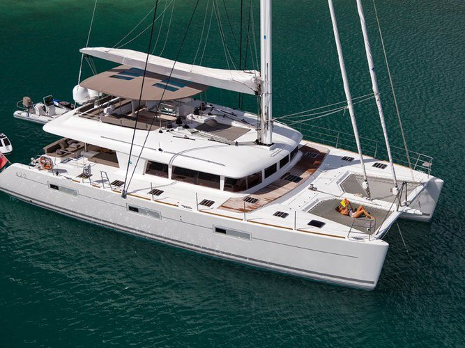 This 62.0' Lagoon cand take up to 10 passengers around Road Town