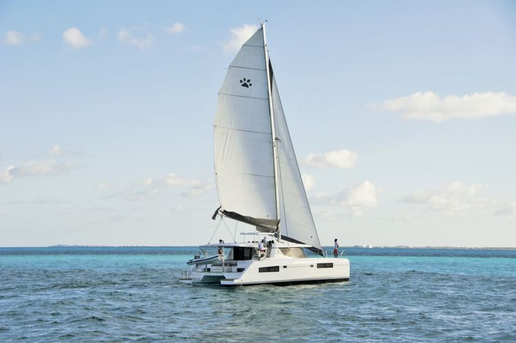 Discover Cancún surroundings on this 45 Leopard boat