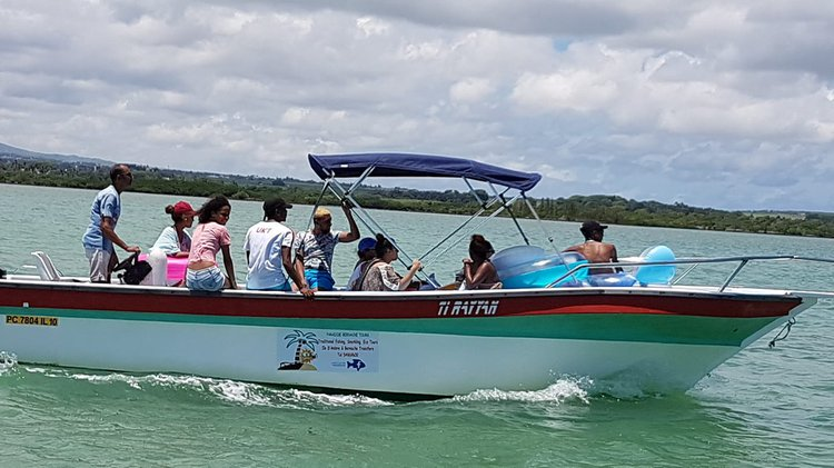 This Center console rental is perfect to enjoy Riviere Du Rempart, Mauritius