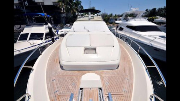 Discover Nayarit surroundings on this 80 Ferretti boat