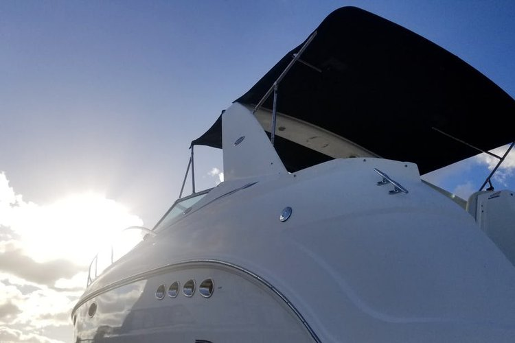 This 38.0' Chaparral cand take up to 8 passengers around Fort Lauderdale