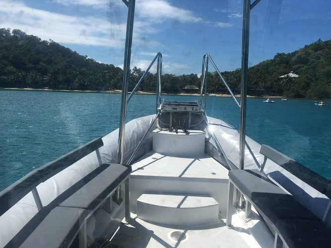 Discover Whitsundays surroundings on this Pro 7.3 Zodiac boat