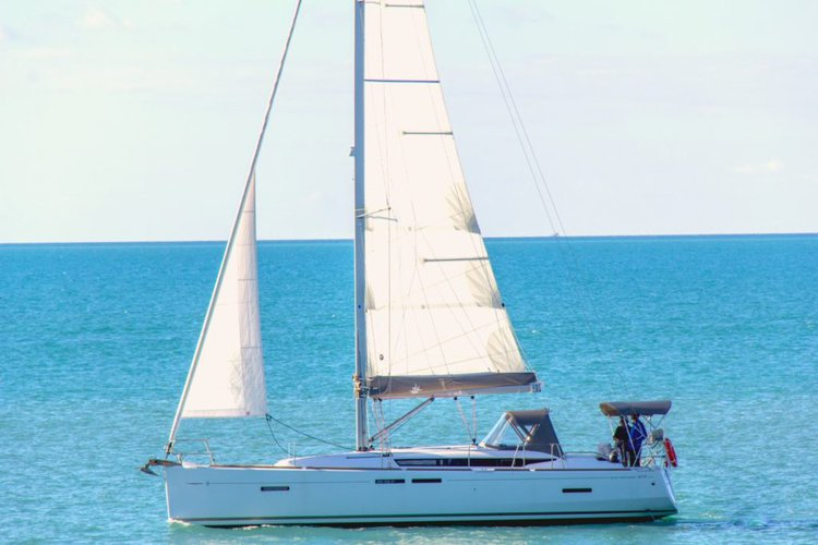 Discover Whitsundays in style boating on this sail boat rental