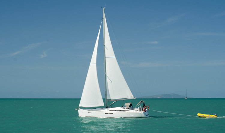 This 43.0' Jeanneau cand take up to 8 passengers around Whitsundays