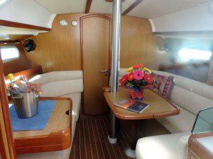 This 35.0' Jeanneau cand take up to 6 passengers around Whitsundays