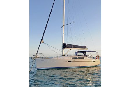 Experience Whitsundays on board this elegant sail boat