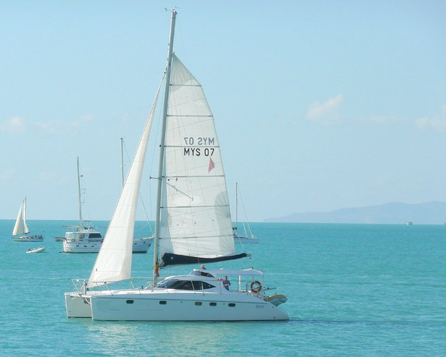 This 41.0' Montebello cand take up to 10 passengers around Whitsundays