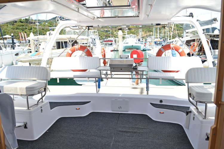 Discover Whitsundays surroundings on this 1250 Seawind boat