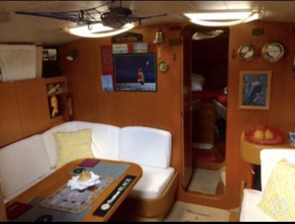 Up to 8 persons can enjoy a ride on this Daysailer / Weekender boat