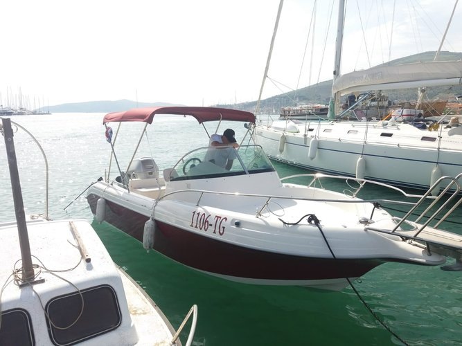 Up to 8 persons can enjoy a ride on this Walkaround boat