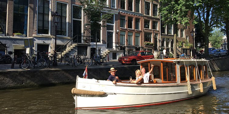 This electric boat rental is perfect to enjoy Amsterdam