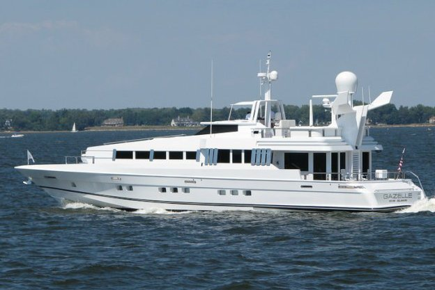 This 102.0' Oceanfast cand take up to 12 passengers around Fort Lauderdale