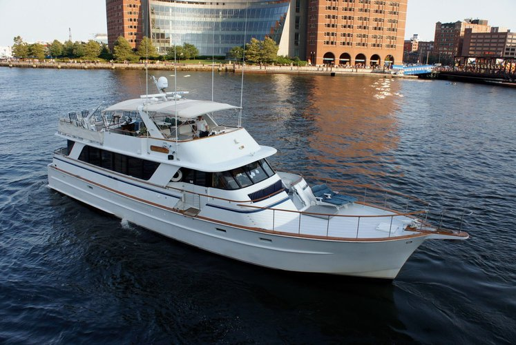 Discover New York surroundings on this 85 Roamer boat