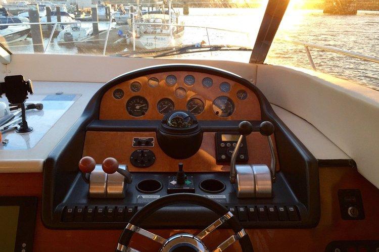 Discover Dubai surroundings on this Manhattan 46 Flybridge Sunseeker boat